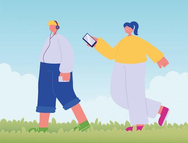 Подросток гуляет с телефоном и и девушка с мобильным телефоном
