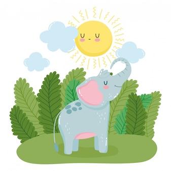Маленький слоненок в зеленом лесу