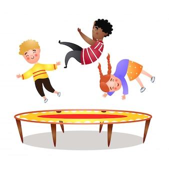 Африканский мальчик, светловолосый малыш и девочка прыгают на батуте