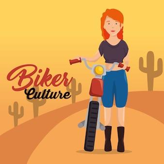 オートバイに乗っているバイカーの文化バイカーの女性