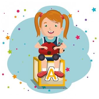 おもちゃのキャラクターで遊んでいる少女