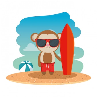 Обезьяна с летними очками и доской для серфинга на пляже