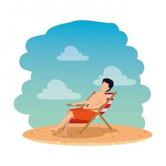 ビーチで椅子に座っている水着を持つ若者