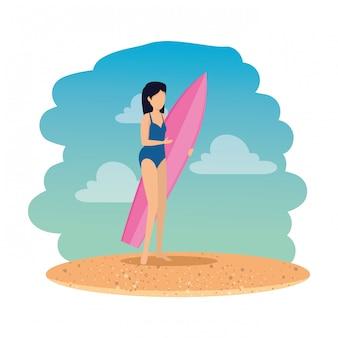 水着とビーチでサーフボードを持つ女性