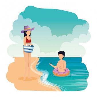 フロートとハンドバッグ、ビーチで若いカップル
