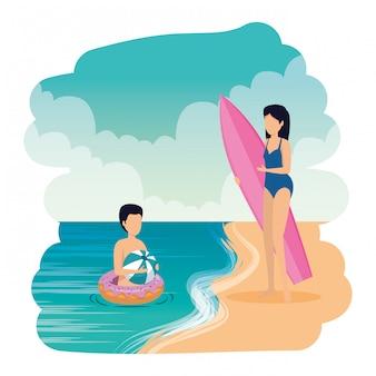 Молодая пара с поплавком и доской для серфинга на пляже