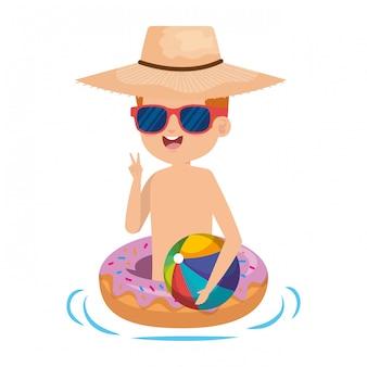ドーナツフロートとビーチのバルーンとかわいい男の子