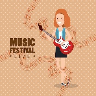 Музыкальный фестиваль в прямом эфире с женщиной, играющей на электрогитаре