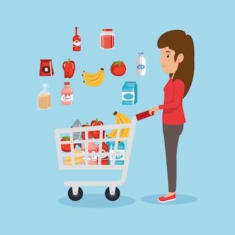 スーパーマーケットの食料品を持つ女性