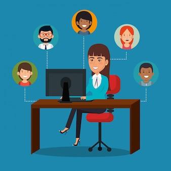 Предприниматель в офисе с иконками маркетинга электронной почты