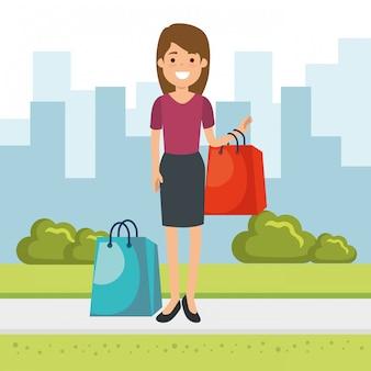 公園で買い物袋を持つ女性
