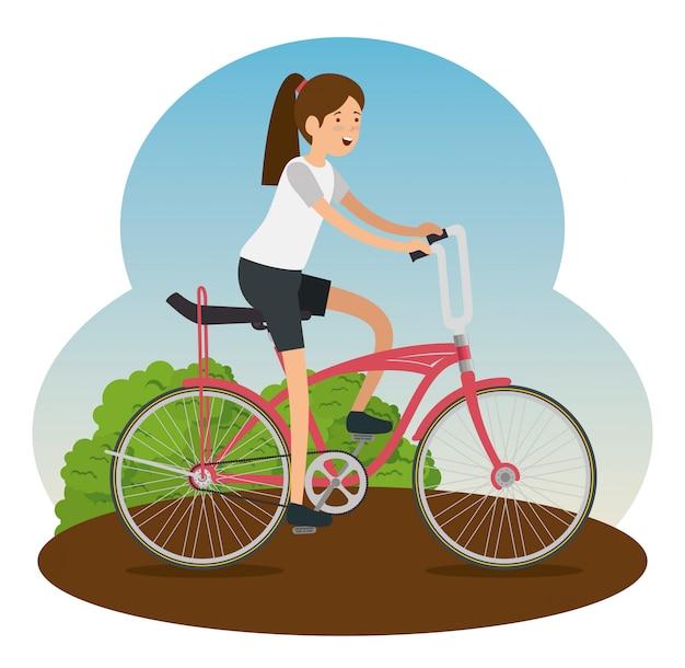 Женщина катается на велосипеде для занятий спортом