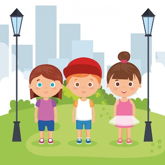 公園のキャラクターの小さな子供たちのグループ