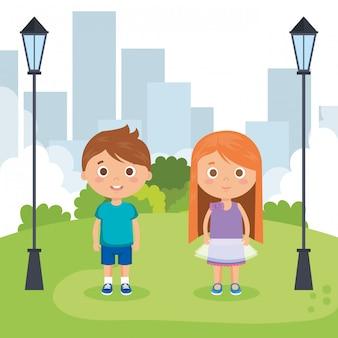 公園のキャラクターのカップルの小さな子供