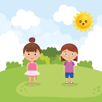 Пара маленьких девочек в парке персонажей