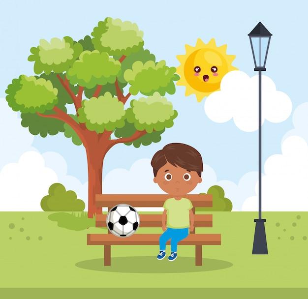 Маленький мальчик, играя в парке