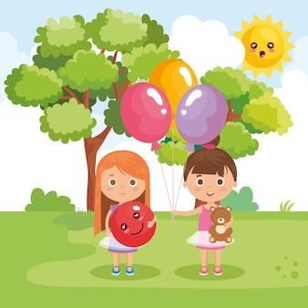 Маленькие девочки играют в парке