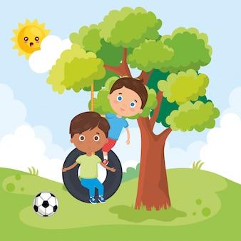 Маленькие мальчики играют в парке