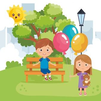 公園で遊ぶ小さな子供カップル