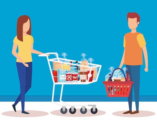 カップルはショッピングカートとバスケット