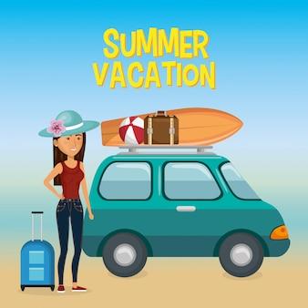 Девушка на пляже с летними каникулами