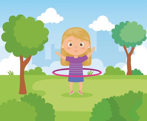 Девушка в парке с хула хула
