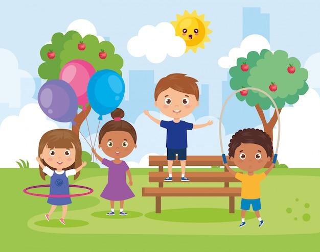 公園の風景で遊ぶ小さなグループの子供たち