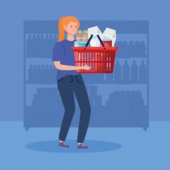 食料品が付いているバスケットを運ぶ女性