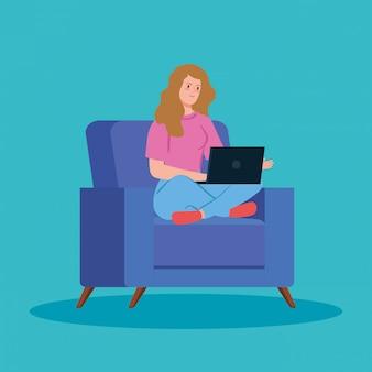 Женщина, работающая в дистанционном управлении с ноутбуком в диване