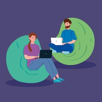 Пара работает в дистанционной связи с ноутбуком сидя