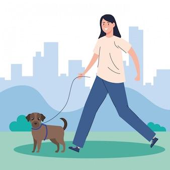 Женщина гуляет с собакой в парке
