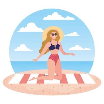 Женщина с купальником сидит на полотенце, на пляже, праздничные каникулы, сезон