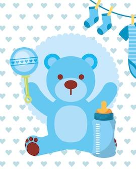 青いおもちゃのクマの哺乳瓶と服の少年