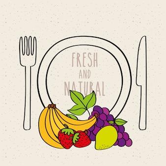 Тарелка вилка и нож банан клубника виноград лимон свежий и натуральные фрукты
