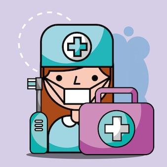 歯科医の女の子の応急処置キットと電動ブラシ