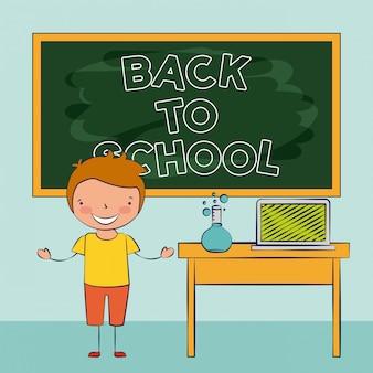 Ребенок улыбается в классе, снова в школу