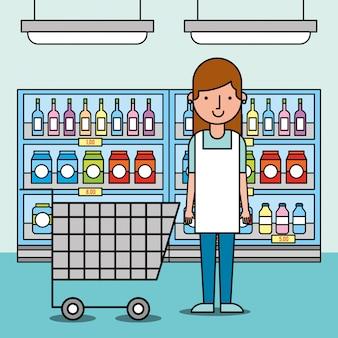 Работница супермаркет с корзиной для покупок и полки с едой