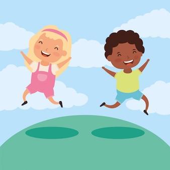 Пара маленьких межрасовых детей в поле