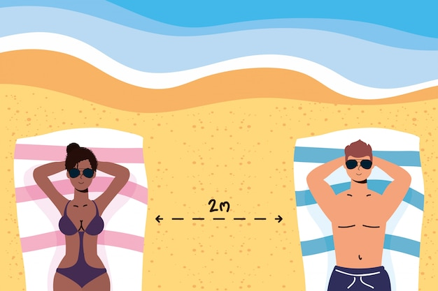 Межрасовые пары на пляже практикующих социальную дистанцию, летние каникулы