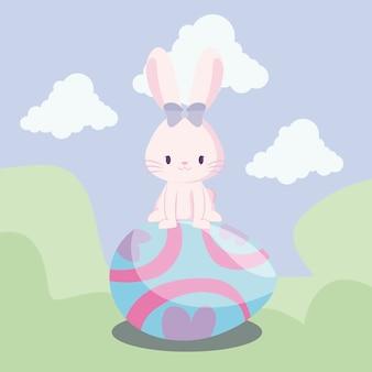 風景の中のイースターの卵を持つかわいいウサギ女性