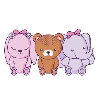Милый маленький медведь со слоником и кроликом
