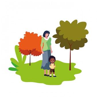 母と息子の学生が屋外で学校に戻る