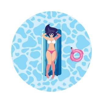 Красивая женщина с матрасом, плавающим в воде