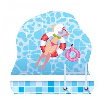 Женщина с купальником и спасатель плавают в воде