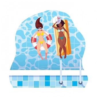 Межрасовые девушки с купальником и спасателем плавают в воде