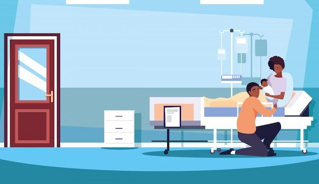 Родители с новорожденным в палате госпитализации