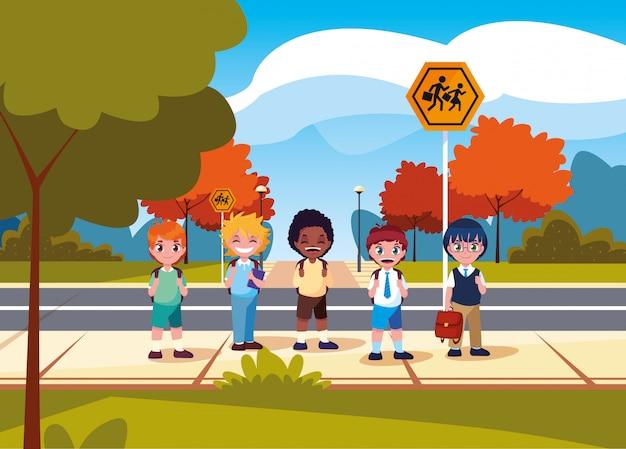 道路でかわいい小さな学生男の子