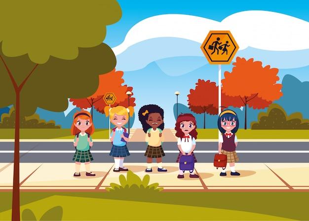道路でかわいい小さな学生の女の子