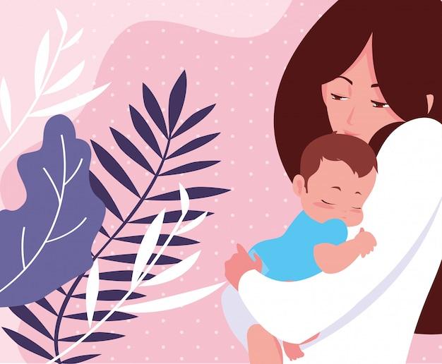 かわいい母親と幼い息子と熱帯の葉