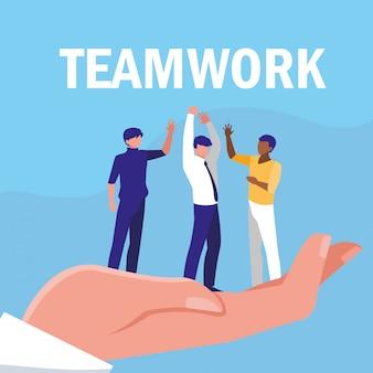 ビジネスの男性のチームワークを手に祝う